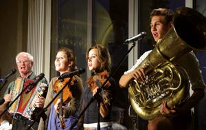 """Nach dem Ende der Biermˆsl Blosn macht Texter und Ideengeber Hans Well weiter. Musikalische Unterst¸tzung bekommt er von seinen Kindern Sarah (20), Tabea (19) und Jonas (16), den """"Wellbappn"""". Am Freitag, 16. November, um 20 Uhr tritt das Quartett im Kultiviert-Dorfsaal in Wildpoldsried auf. Gespielt wird mit Geige, Kontrabass, Trompete, Akkordeon, Saxofon, Dudelsack, Drehleier, Gitarre oder Alphorn. Und es wird viel gel‰stert ¸ber diverse aktuelle Themen. Karten t‰glich (9-18 Uhr) im Kultiviert oder unter Telefon 0173/7 48 91 96. Foto: Veranstalter"""