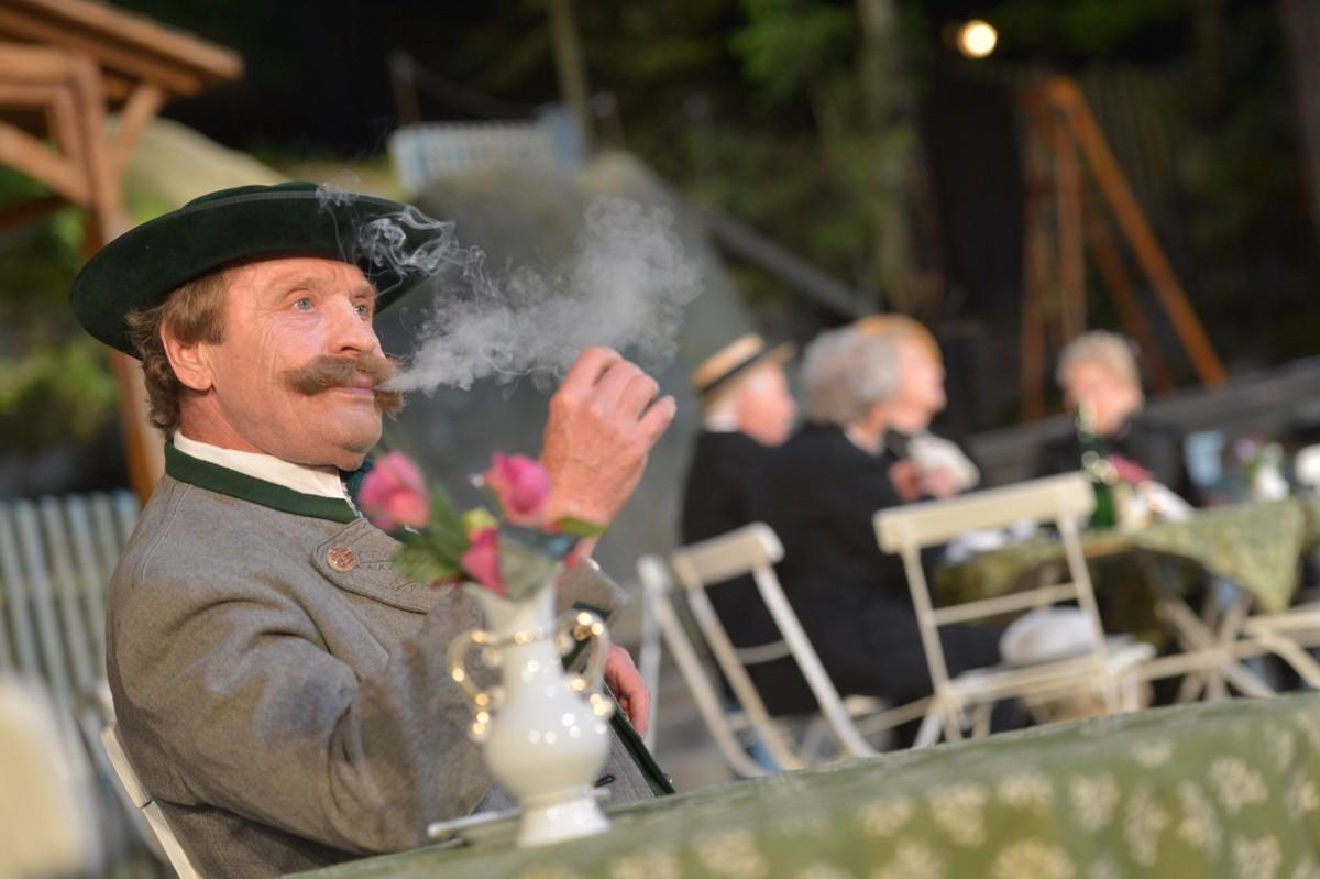 """Waldemar Brem in """"Die Fahnenweihe"""" während der Spielzeit 2013. Foto © Florian Miedl"""