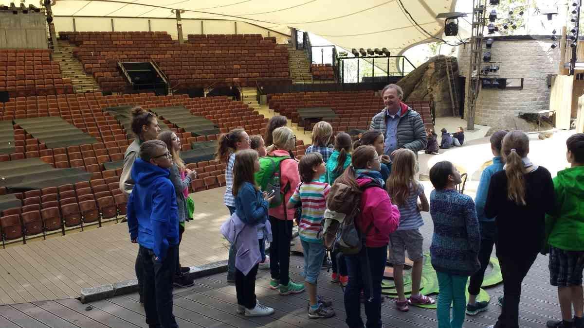 Intendant Michael Lerchenberg mit einer Schulklasse auf der Bühne der Luisenburg (Luisenburg-Festspiele)