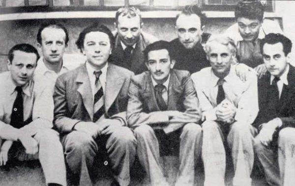 Sourrealisten 1930, v.l.n.r: Tristan Tzara, Paul Élouard, André Breton, Hans Arp, Salvador Dalí, Yves Tanguy, Max Ernst, René Crevel, Man Ray