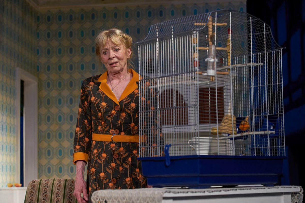 """Gabriele Dossi als Frau Ruhsam mit Kanarienvogel """"Burle"""""""