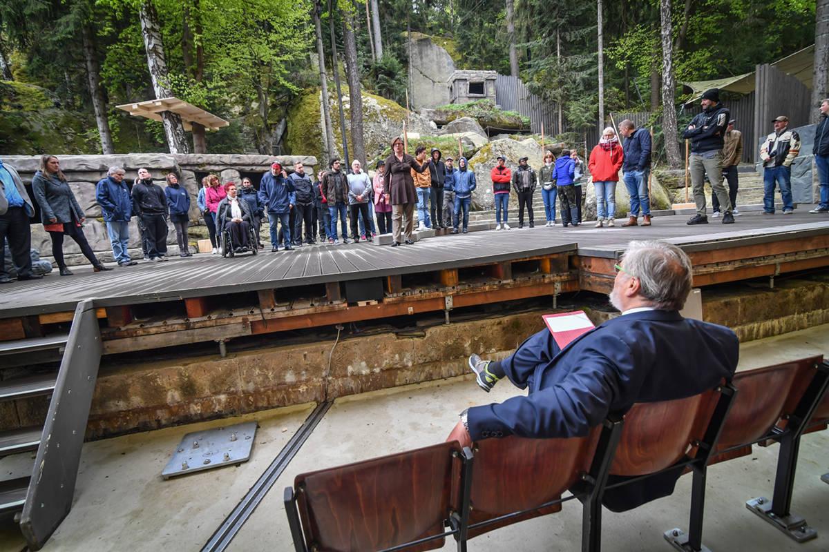 Karl-Willi Beck begrüßt das Ensemble auf der Felsenbühne